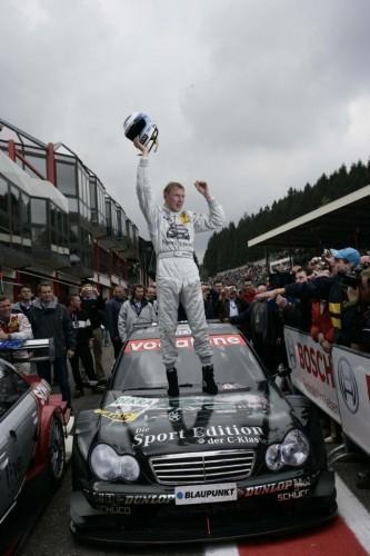 Der Formel 1 Weltmeister Mika Häkkinen gewinnt 3 Rennen.