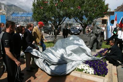 David Coulthard, Emerson Fittipaldi, Prinz Albert von Monaco und Niki Lauda bei der Enthüllung der Fangio Statue in Monaco