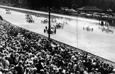 Beim Start setzen sich die beiden Mercedes-Benz Formel-Rennwagen W 25 mit Manfred von Brauchitsch (1. Platz) und Luigi Fagioli am Steuer sofort an die Spitze des Feldes