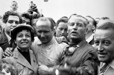 Juan Manuel Fangio (links, mit Ehefrau) und Karl Kling freuen sich über ihren Doppelsieg in Reims