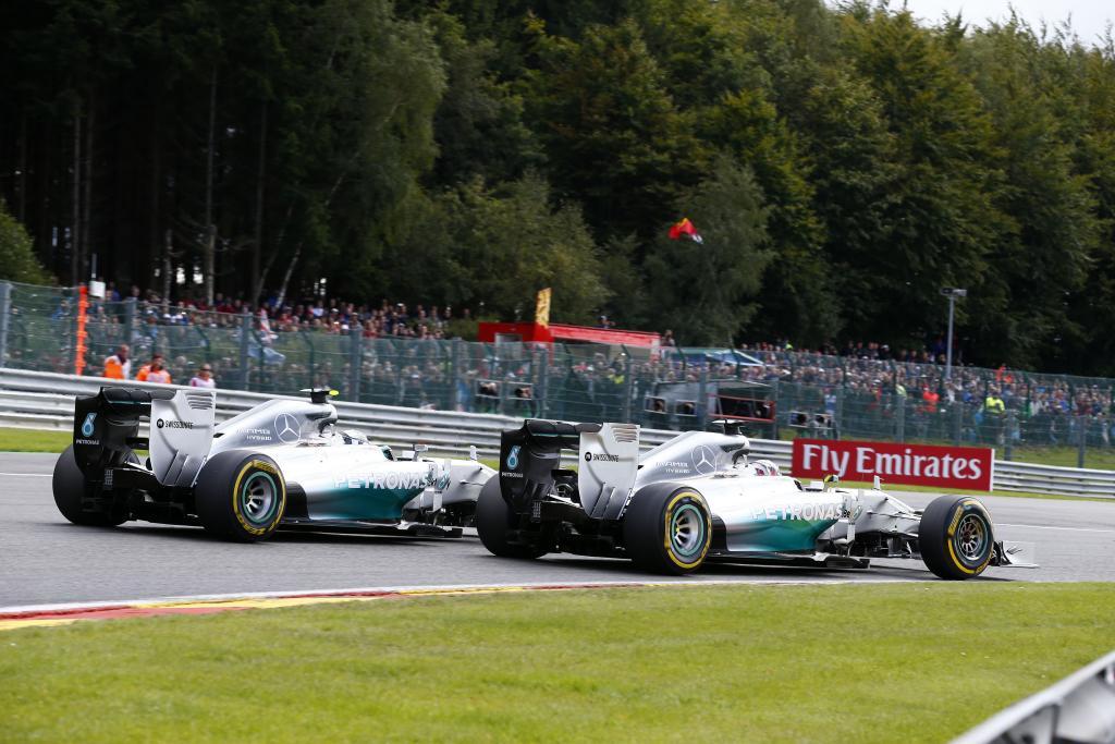 Doppelsieg in Runde 2 verschenkt: Hamilton und Rosberg berühren sich - der Super-GAU