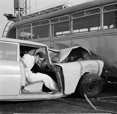 Aufprallversuch im Werk Sindelfingen mit einem Typ 220 Sb (W 111) mit einer Geschwindigkeit von 86 km/h auf einen Omnibus im Jahr 1962