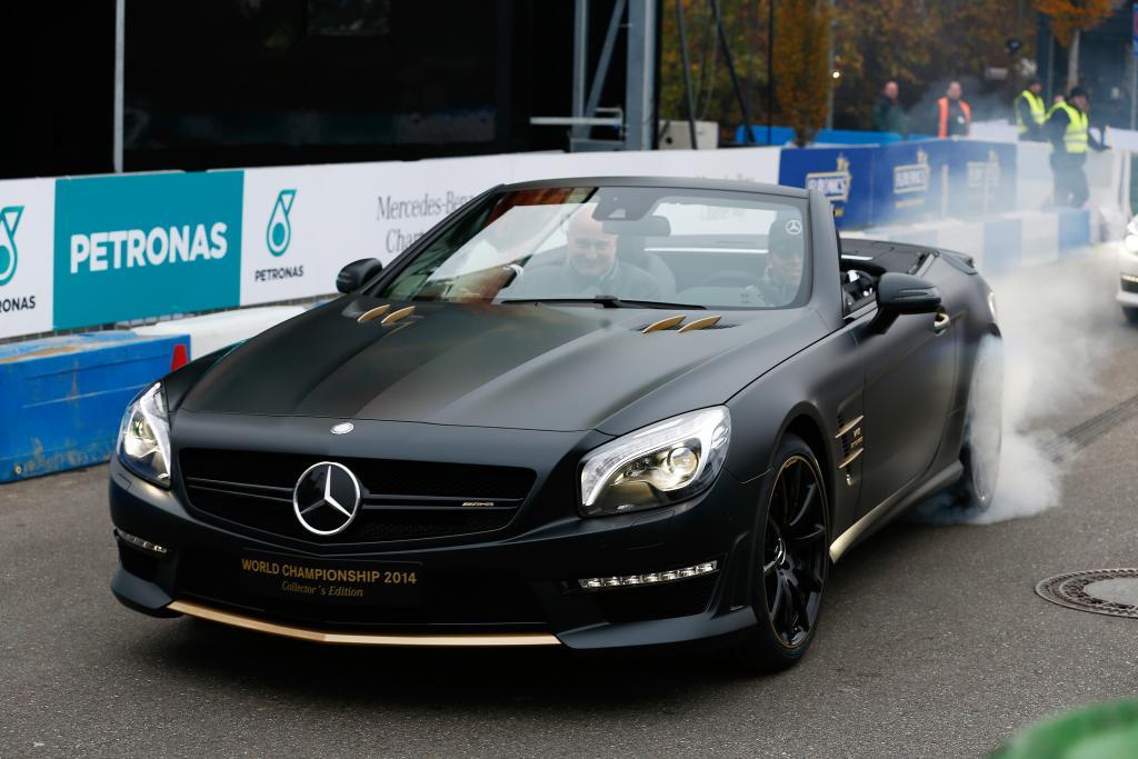 """Lewis Hamilton präsentierte """"seinen"""" SL 63 - wie passend - """"athletisch"""""""