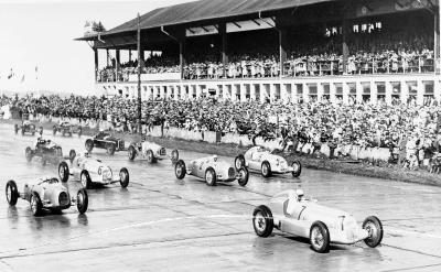 Eifel-Rennen auf dem Nürburgring 1935. Startnummer 7: Manfred von Brauchitsch. Startnummer 5: Rudolf Caracciola (Bild: Daimler AG)