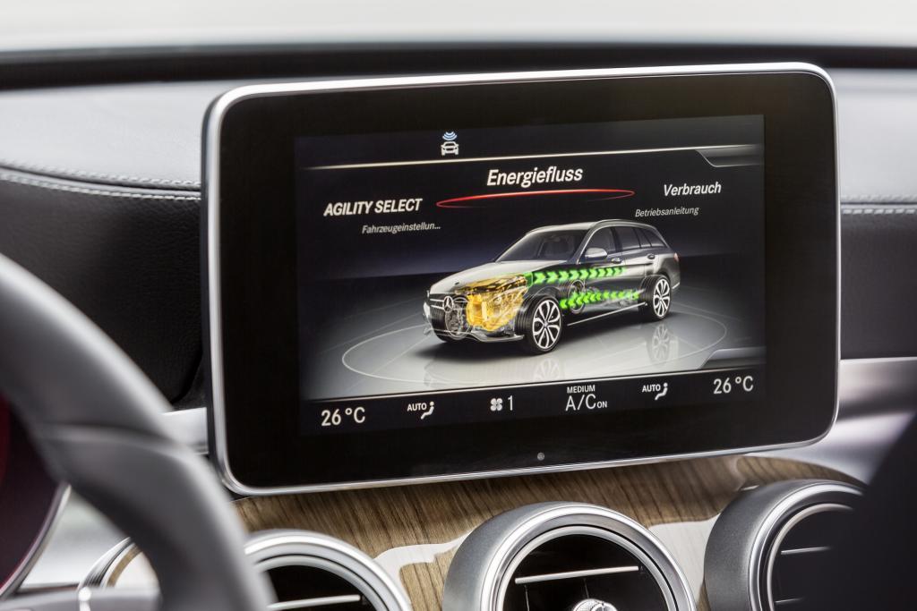 Informationen über die Antriebsart gibt's im Display (Bild: Daimler AG)