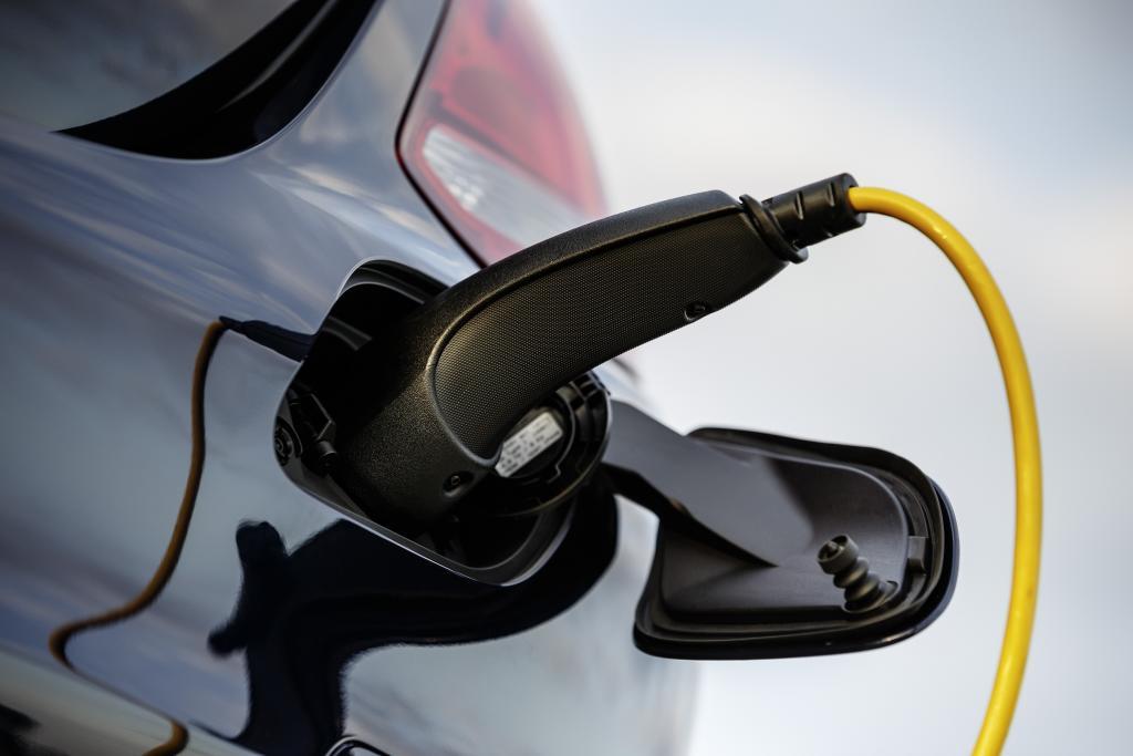 """""""Plug-in Hybrid"""" - kann zusätzlich an der Steckdose geladen werden (Bild: Daimler AG)"""
