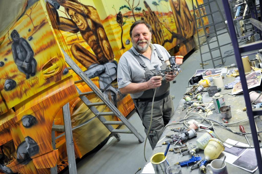 """Airbrush-Künstler Walter Rosner hat Actros """"Wiege der Menschheit"""" gestaltet (Bild: Daimler AG)"""