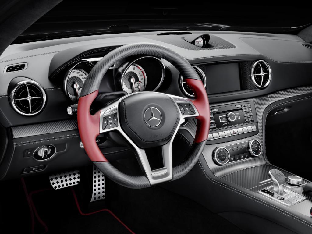 """""""Mille Miglia 417"""" Carbon-Look in matt mit roten Applikationen (Bild: Daimler AG)"""