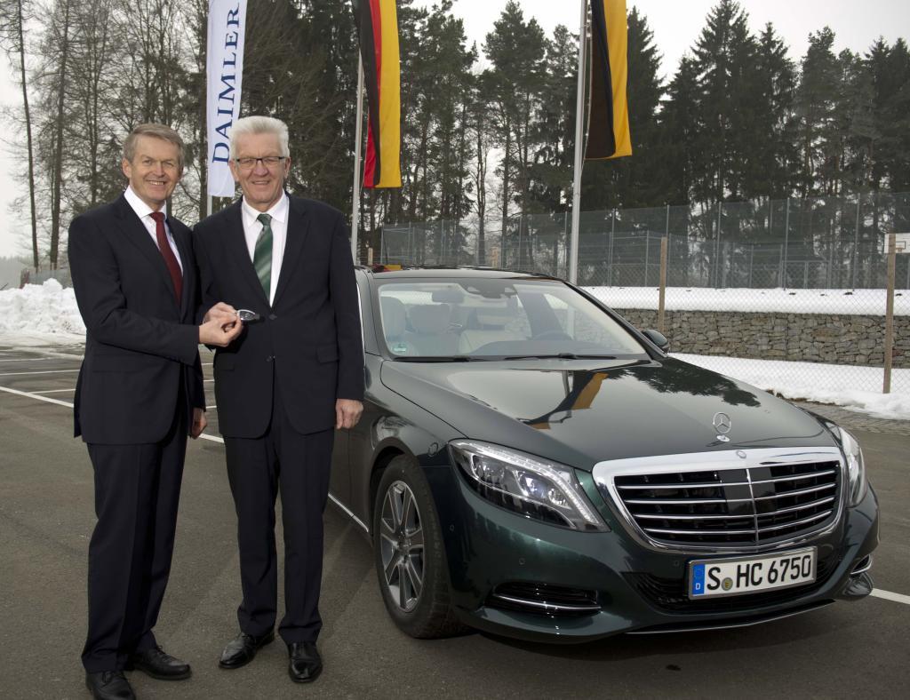 Prof. Dr. Thomas Weber (Vorstand Daimler AG) übergibt Ministerpräsident Winfried Kretschmann einen Mercedes-Benz S 500 PLUG-IN HYBRID (Bild: Daimler AG)