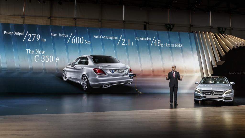 Professor Dr. Thomas Weber präsentiert den C 350 e mit Plug-In Technologie (Bild: Daimler AG)