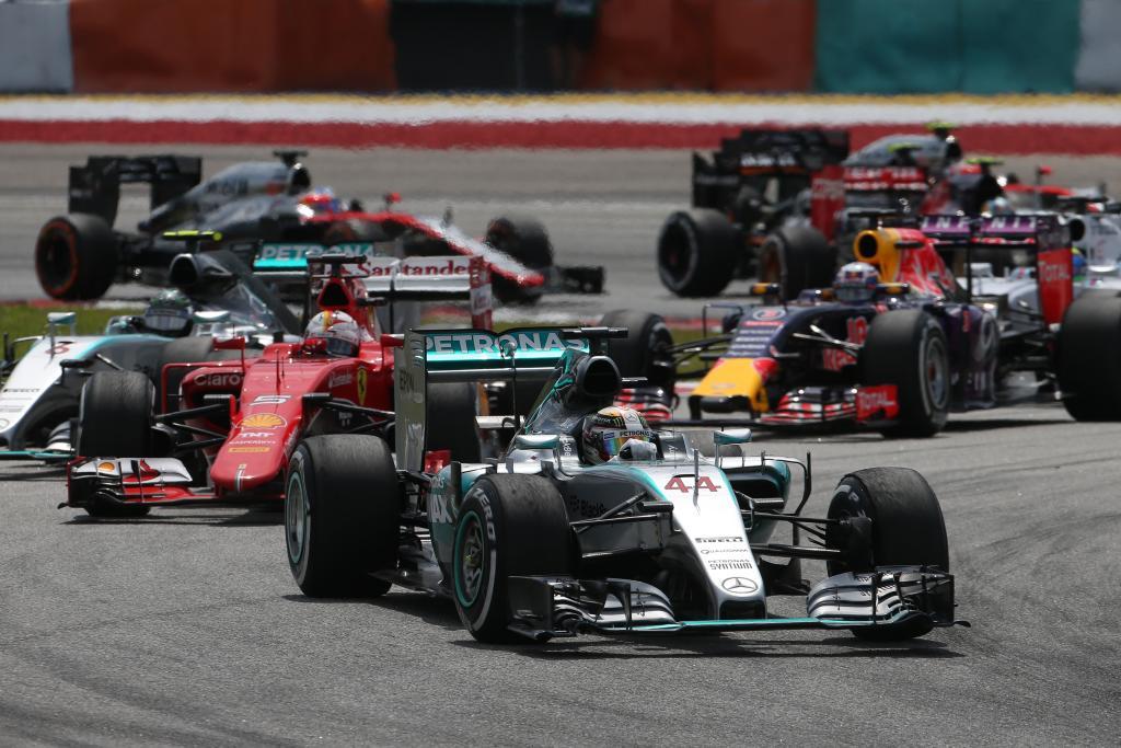 Noch führt Lewis Hamilton im Mercedes Silberpfeil vor Sebastian Vettel im Ferrari (Bild: Daimler AG)