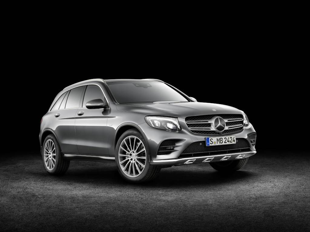 Mercedes-Benz GLC 350e 4MATIC, EDITION 1, (X 253) 2015, SELENITGRAU met, Designo Leder Nappa Platinweiß, AMG Line Exterieur Mercedes-Benz GLC 220d 4MATIC (X 253) 2015, CITRINBRAUN MAGNO, Artico/Stoff Espresso, Offroad Line Exterieur (Bild: Daimler AG)