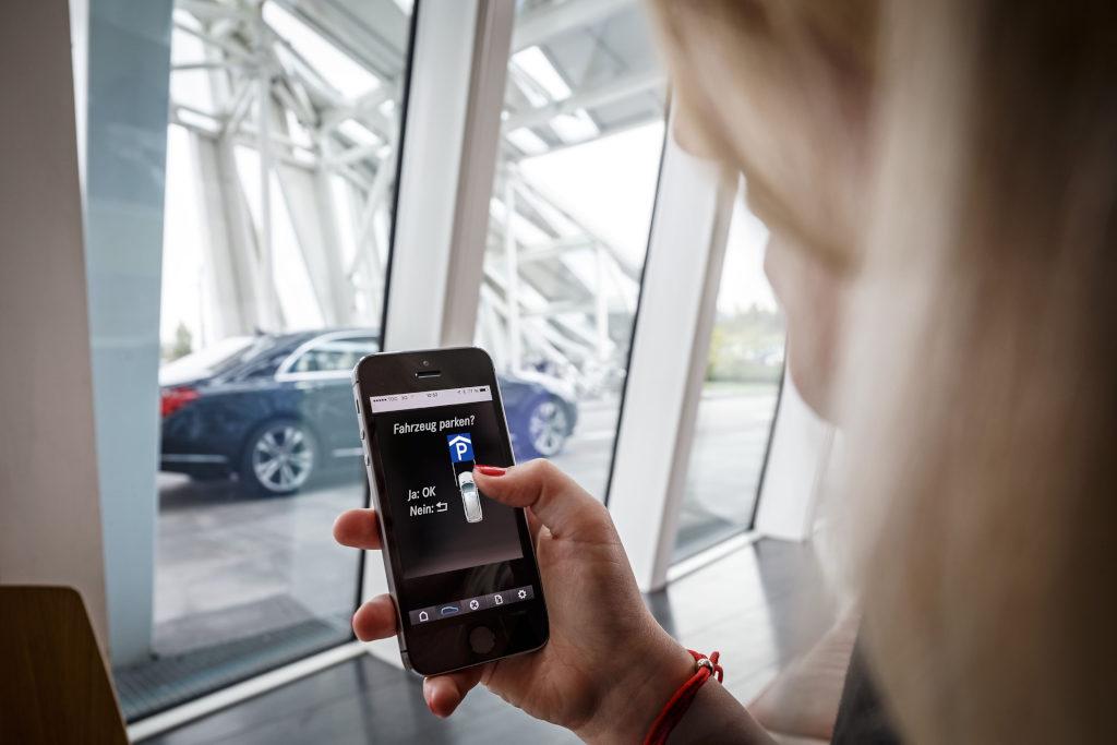 Nicht der Kunde parkt und sucht sein Auto; das Fahrzeug fährt allein zu einem freien Parkplatz und kommt am Ende bequem wieder selbstständig vorgefahren (Bild: Daimler AG)