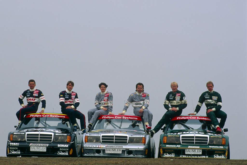 Roland Asch (1. von links) mit seinen Mercedes-Benz Mannschaftskollegen Bernd Schneider, Ellen Lohr, Klaus Ludwig, Kurt Thiim und Jörg van Ommen im Mercedes-Benz 190 E 2.5-16 Evo II Rennsport-Tourenwagen in der DTM-Saison 1993 (Bild: Daimler AG)