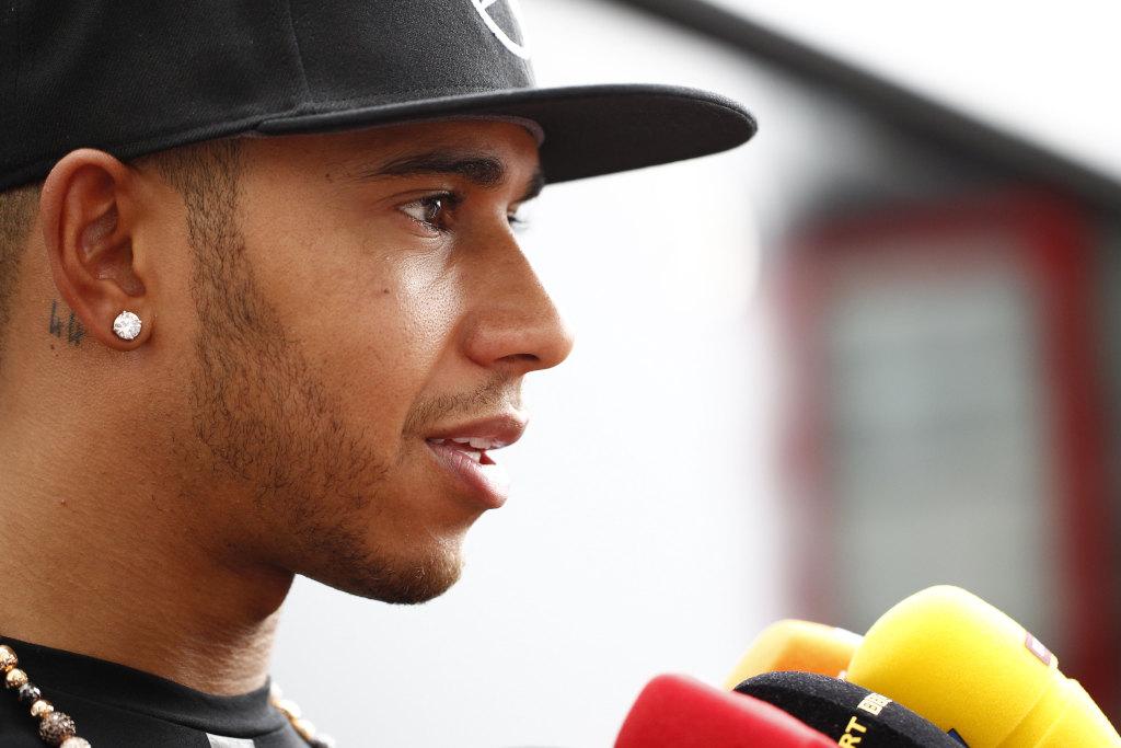 Lewis Hamilton: Gut erholt aus dem Karibik-Party-Urlaub (Bild: Daimler AG)