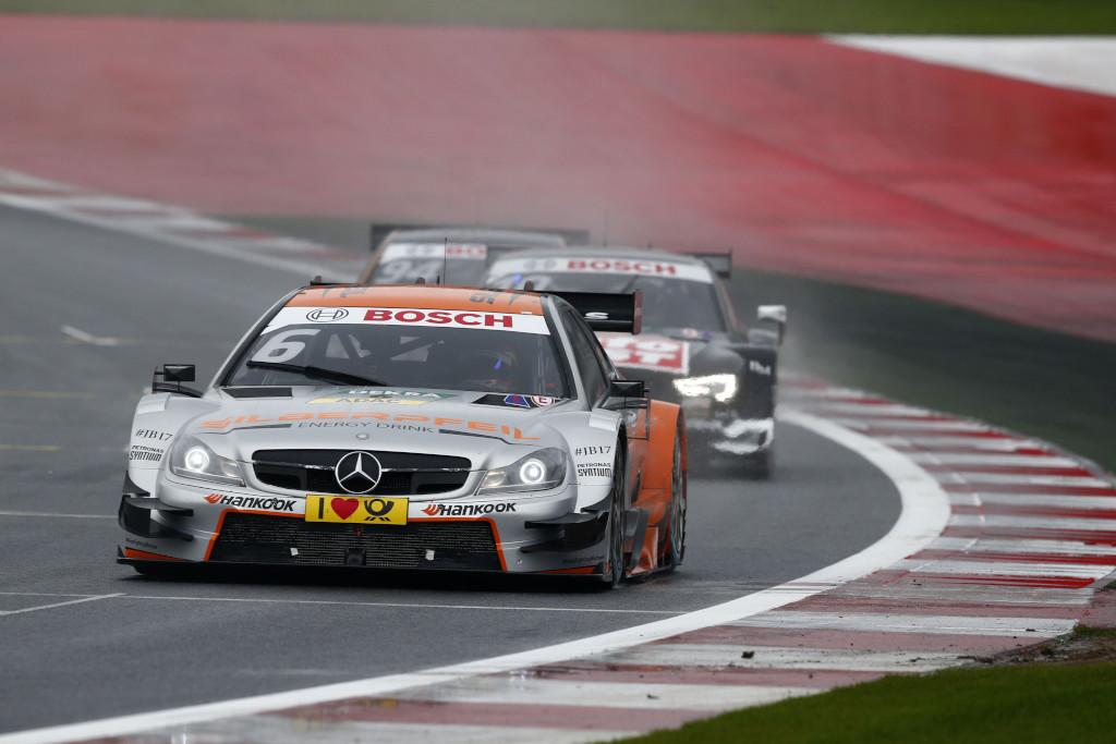 """Vor dem Crash: Wickens vor Scheider und Wehrlein. Kurz danach kommt es zu einer der meist diskutierten Szenen in der DTM: """"Timo, schieb ihn raus"""" kommt per Funk von der Audi Box an den Fahrer (Bild: Daimler AG))"""