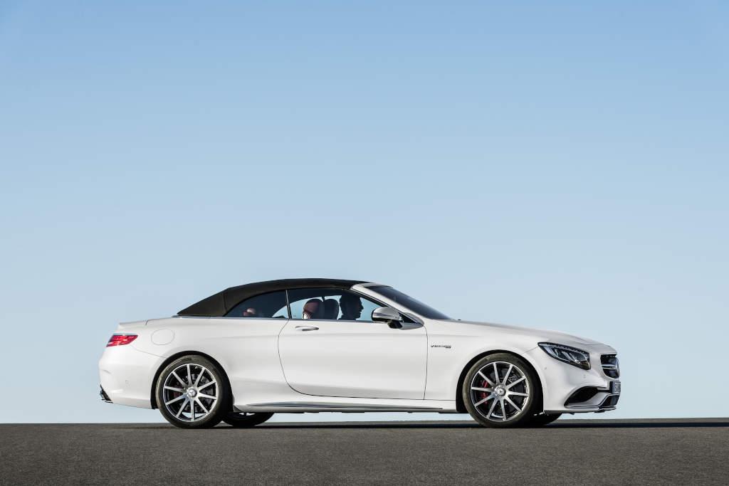 Das Verdeck ist in den Farben schwarz, dunkelblau, beige und dunkelrot erhältlich (Bild: Daimler AG)