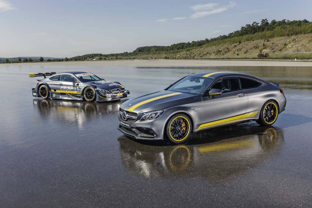 Das Sondermodell Mercedes-AMG C 63 Coupé Edition 1 und der Mercedes-AMG C 63 DTM. Nähe ist hier kein Zufall, sondern Absicht (Bild: Daimler AG)