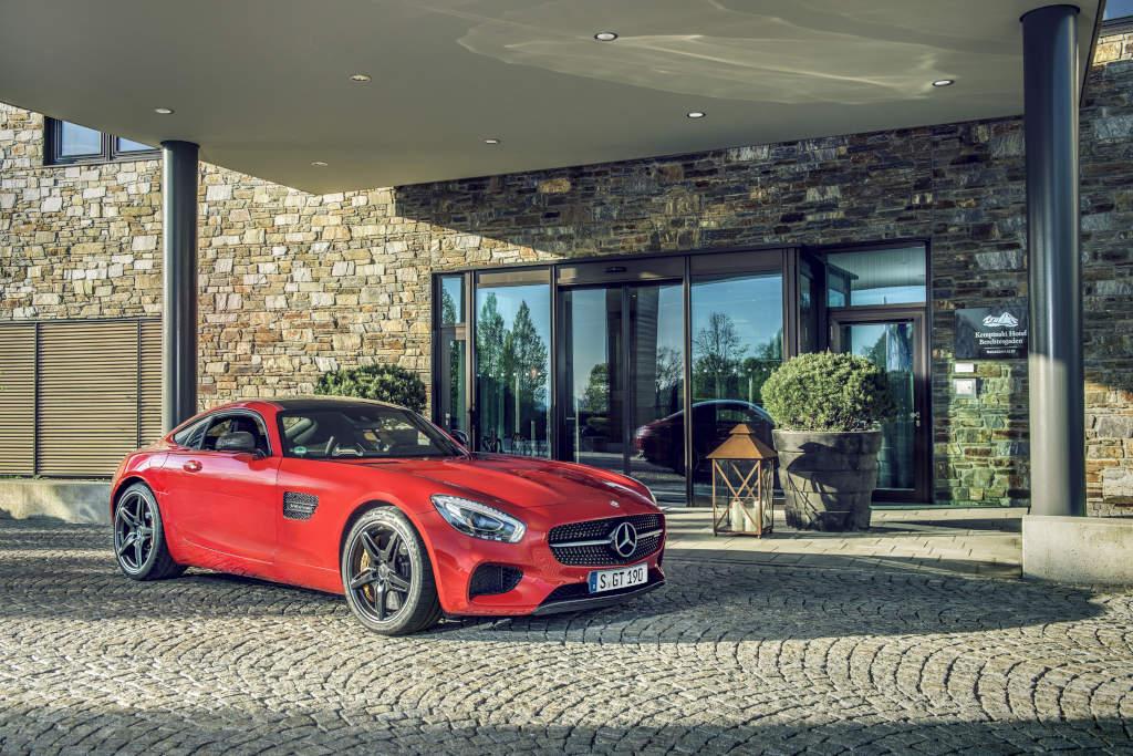 Mercedes-AMG GT S vor Kempinski Hotel Berchtesgaden (Bild: Daimler AG)