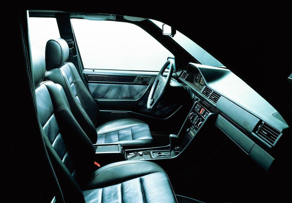 Der Innenraum des E 500 Limited. Ohne Monitore, analoge Bedieneinheiten - das Spitzenmodell der W124er Klasse (Bild: Daimler AG)