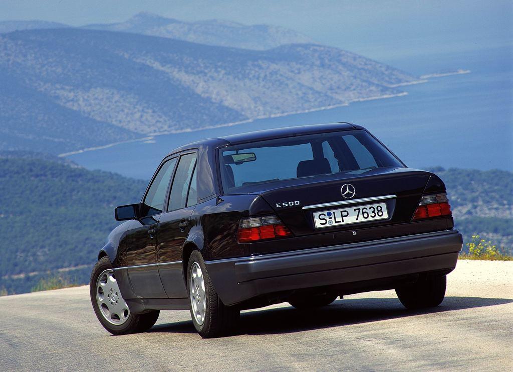 Nach dem Facelift etwas runder - die Heckansicht des E 500 (Bild: Daimler AG)