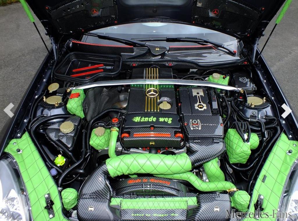 Uglaublich: Reinhards Motorraum in Leder, Carbon-Look und Gold (Bild: Mercedes-Fans.de)