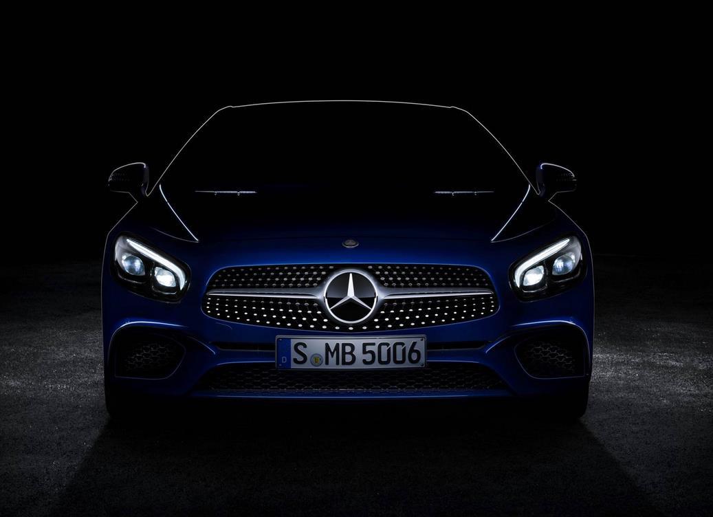 Via Facebook zeigt Mercedes-Benz einen ersten Blick auf das Facelift des SL R231. Gut zu sehen ist der Diamantgrill (Bild: Daimler AG)