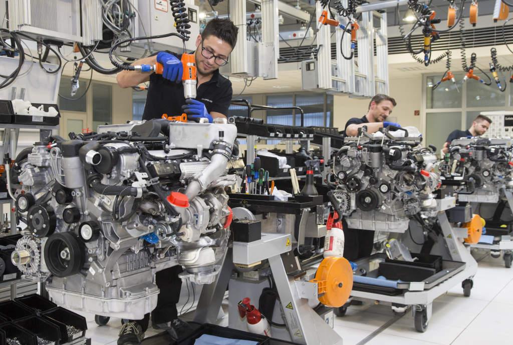 Montagelinie AMG-Motoren: Ein Monteur fertigt den Motor komplett - One man, one engine! (Bild: Daimler AG)