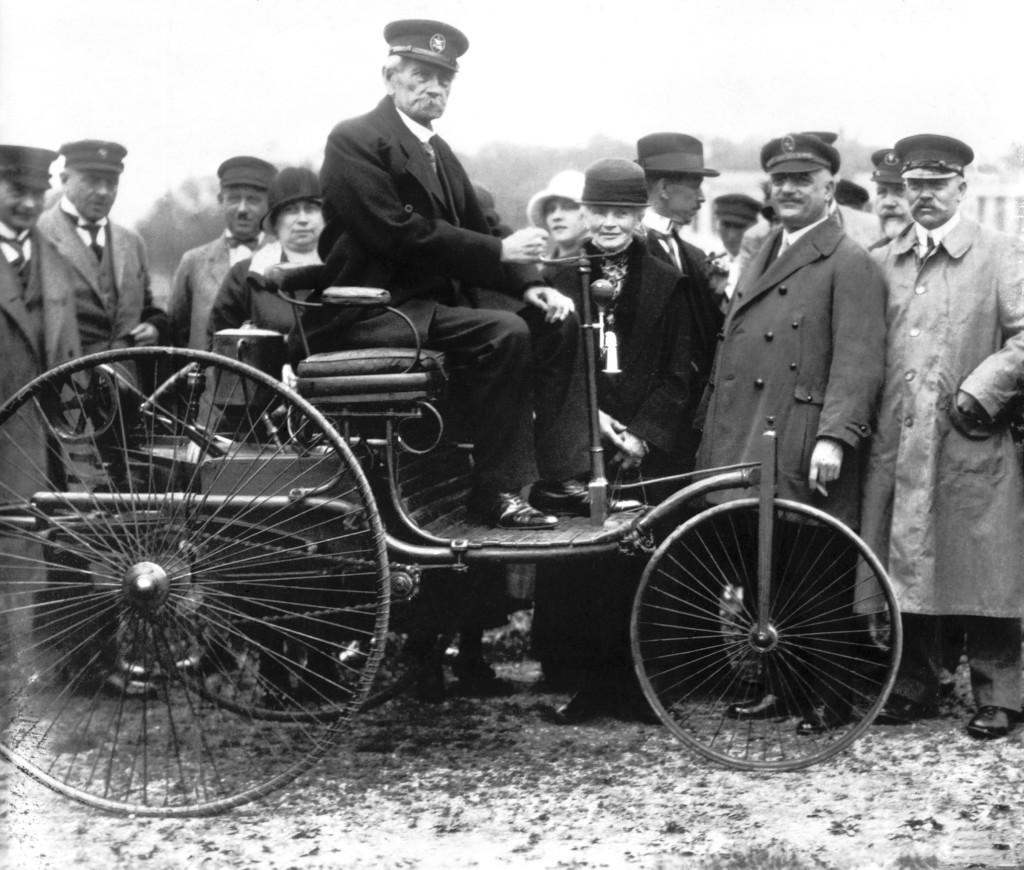 Carl Benz  auf seinem ersten Patent-Motorwagen vom Typ I. (Bild: Daimler AG)