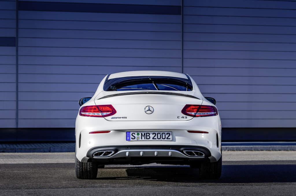 Mercedes-AMG C 43 Coupé in Diamantweiß und AMG-Endrohrdesign (Bild: Daimler AG)