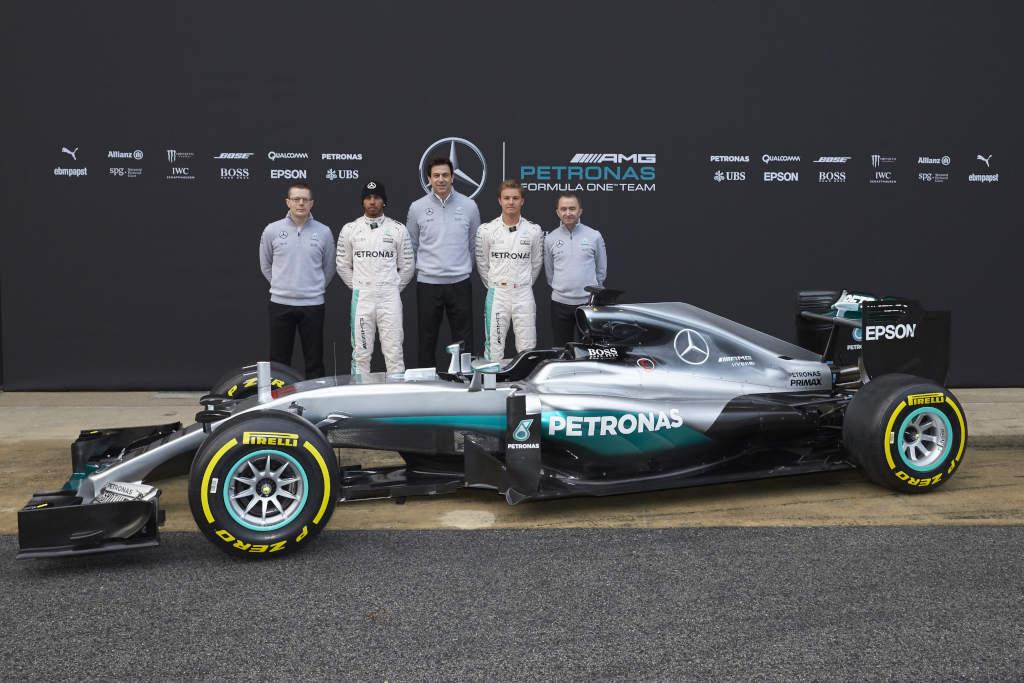 Auf geht's in die Formel 1 Saison 2016: F1 W07 Hybrid, Nico Rosberg, Lewis Hamilton, Toto Wolff, Andy Cowell, Paddy Lowe (Bild: Daimler AG)