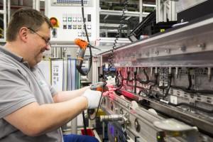 Ausbau der Kapazitäten im ACCUMOTIVE Fabrik zur Herstellung komlexer Akku-Systeme (Bild: Daimler AG)