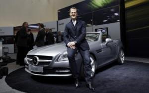 Inzwischen zu Mercedes F1 gewechselt, darf Michael Schumacher im Jahr 2011 den SLK der Baureihe R172 vorstellen (Bild: Daimler AG)