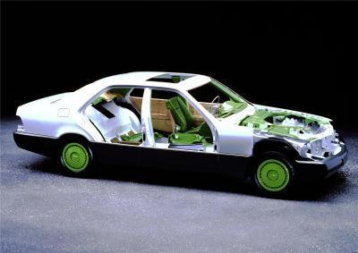 Die Mercedes-Benz S-Klasse der Baureihe 140 war das erste FCKW-(Fluor-Chlor-Kohlenwasserstoff-)freie Automobil (Bild: Daimler AG)