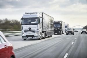 Mercedes-Benz Actros Lkw nutzen das System Highway Pilot Connect zur vernetzten Fahrt im Verbund von Stuttgart nach Rotterdam 2016 (Bild: Daimler AG)