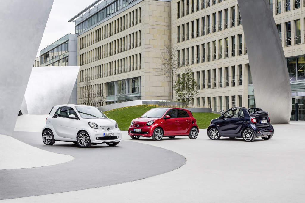 smart BRABUS fortwo coupé (weiß), smart BRABUS forfour Xclusive, (rot) und  smart BRABUS cabrio Xclusive (blau) (Bild: Daimler AG)