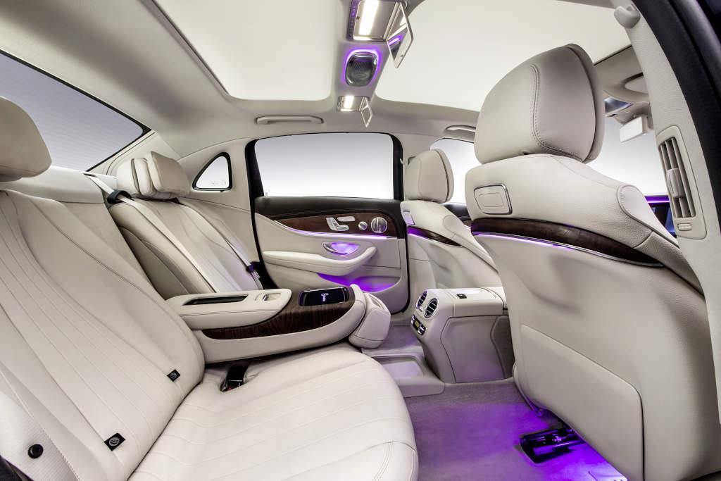 Hier lässt sich's sitzen, in der Langversion der E-Klasse W 213 (Bild: Daimler AG)