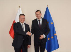 Daimler plant neues Motorenwerk im polnischen Jawor: Frank Deiß mit Mateusz Morawiecki, Wirtschaftsminister von Polen (Bild: Daimler AG)