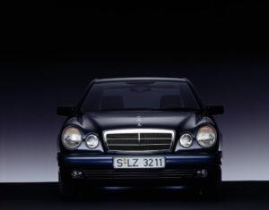 Vier Augen: Mercedes-Benz E-Klasse der Baureihe 210 (1995 bis 2002) (Bild: Daimler AG)