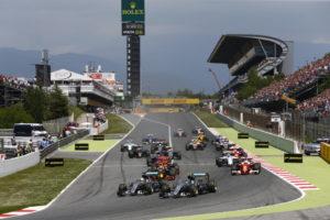 Hier war die Welt noch in Ordnung  beim Großen Preis von Spanien 2016 Lewis Hamilton und Nico Rosberg nebeneinander und noch im Rennen (Bild: Daimler AG)