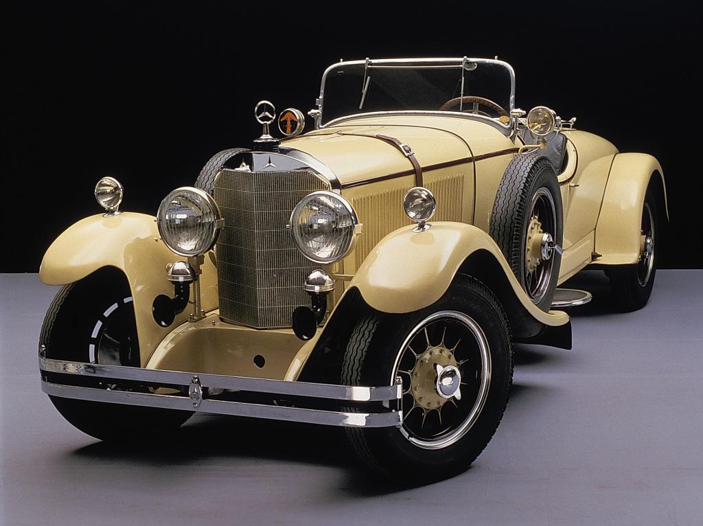 Mit und ohne Kreis: Vorn am Kühler des Mercedes Sportwagens vom Typ 630 aus dem Jahr 1926 sind zwei klassische Dreizack-Sterne zu sehen, oben auf dem Kühler sitzt der Stern im Kreis (Bild: Daimler AG)