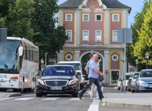 """Die Mehrheit spricht sich in einer Studie dafür aus, dass autonom fahrende Autos im Zweifel das Leben des Fahrers """"opfern"""" soll, wenn eine Menschenmenge gefährdet ist. Kaufen würde eben diese Mehrheit ein solches Auto aber nicht (Bild: Daimler AG)"""