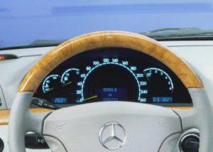 Manipulierter Tacho kann beim Versicherungsfall zu Problemen führen (Bild: Daimler AG)