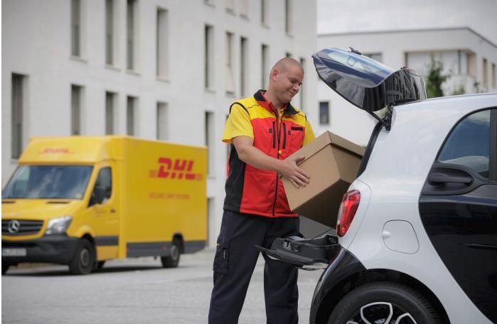 Der smart-Kofferraum wird zum Ablageort für Pakete (Bild: Daimler AG)