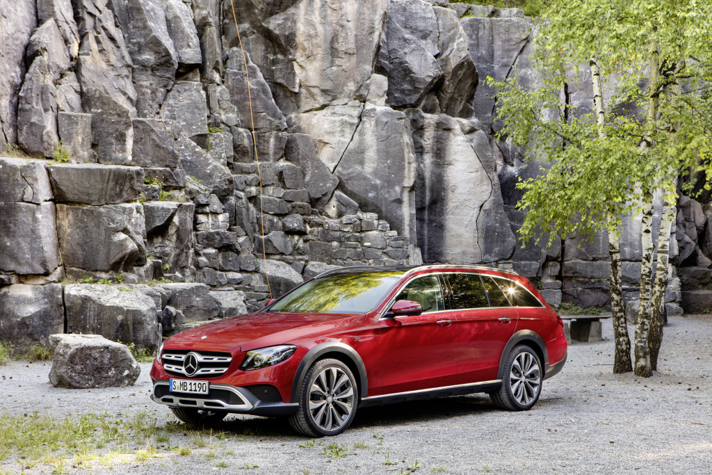 Mercedes-Benz E-Klasse All-Terrain; Exterieur: designo hyazinthrot metallic (Bild: Daimler AG)