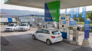 Ein Auto tankt – nicht am Wasserhahn sondern an der Wasserstoffzapfsäule (Bild: Daimler AG)