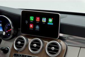 Das Handy soll den Fahrer weniger ablenken und wird integriert (Daimler AG)